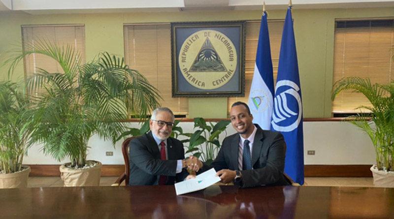 Compañero Michael Campbell, Representante Plenipotenciario de Nicaragua ante la AEC, entregando sus cartas credenciales al Sr. Rodolfo Sabonge, Secretario General de la AEC.