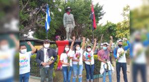 Juventud Sandinista frente al monumento al General Sandino en Niquinohomo