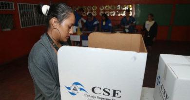 Ciudadana nicaragüense acudiendo a votar en las elecciones municipales de 2017 en Nicaragua.
