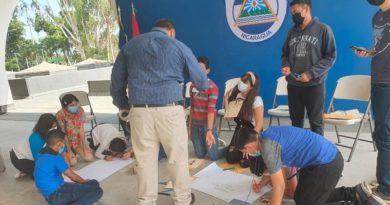 """Hijos de oficiales y funcionarios del Ministerio de Gobernación durante una charla del programa """"Mi vida sin drogas""""."""