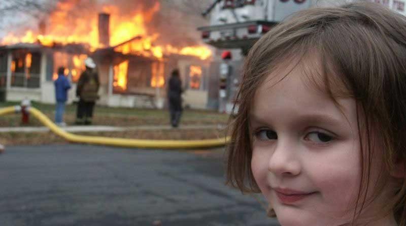 Meme de Zoe la niña que sonrié con maldad frente a casa en llamas