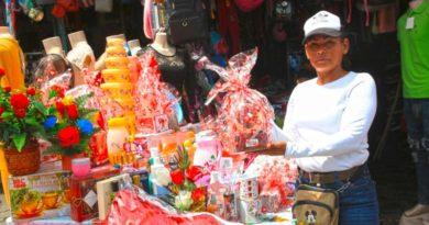 Autoridades de la Alcaldía de Managua durante el recorrido por el Marcado El Mayoreo por el día de las madres nicaragüenses.