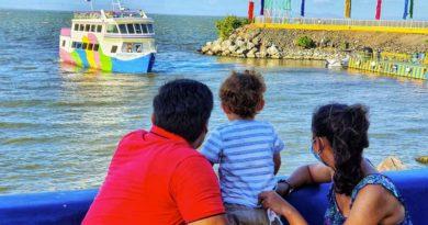 Una familia visitando el Puerto Salvador Allende