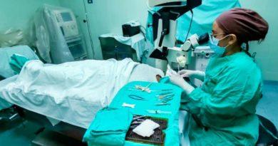 Unos de los doctores durante la jornada quirúrgica a personas con Terigio en el Centro Nacional de Oftalmología.