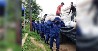 Efectivos militares durante el descargue de paquetes alimenticios en Bluefields