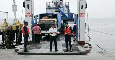 Efectivos militares durante inspección a embarcaciones en unos puertos marítimos del país