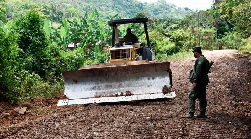 Efectivos militares trabajando en la rehabilitación de camino en Matagalpa