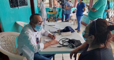 Médico del MINSA atiende una paciente durante la feria de salud en el barrio René Polanco