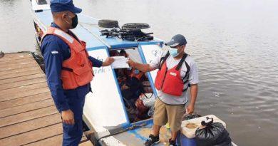 Efectivo militar durante supervisión y seguridad a embarcaciones