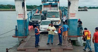 Efectivo Militar durante inspección de embarcaciones