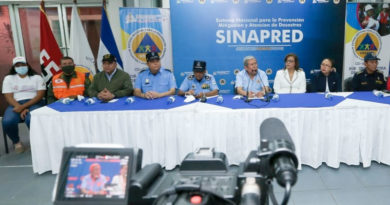 Autoridades de las diferentes instituciones del gobierno, sentados en una mesa durante la conferencia de prensa