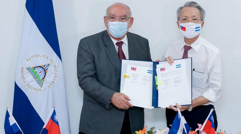 Ministro del MIFIC junto al Embajador de Taiwán, durante la firma de acuerdos sobre el TLC