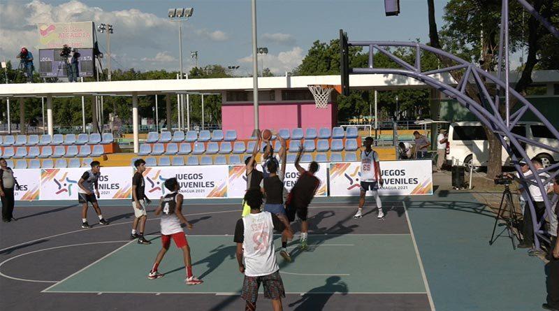 Jóvenes de Managua en la inauguración del Torneo de Baloncesto Juvenil en el Parque Luis Alfonso.