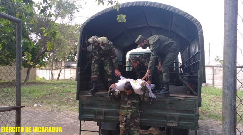 Efectivos militares durante el traslado de merienda escolar en el municipio de Jinotepe