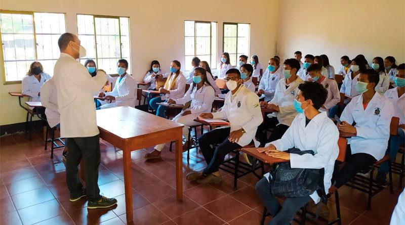 Jóvenes de la Carrera de Medicina durante una clase del Programa Universidad del Campo.