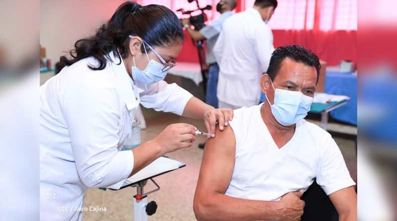 Paciente recibiendo dosis de la vacuna contra la Covid-19