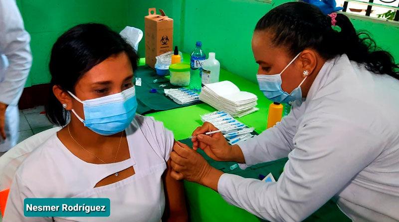 Enfermera del Ministerio de Salud aplicando la vacuna contra el covid-19 en Boaco