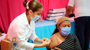 Enfermera del Ministerio de Salud aplicando la vacuna contra el covid-19 a una señora mayor de 55 años en Managua, Nicaragua.