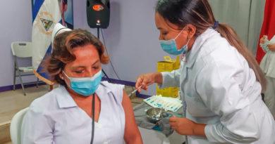 Enfermera del Ministerio de Salud de Nicaragua vacunando contra el COVID-19 al personal de salud