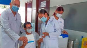 Doctor Carlos Sáenz, Secretario General del Ministerio de Salud en Nicaragua junto a una enfermera que aplica vacuna contra el covid-19 a un ciudadano