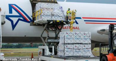 Cajas de la vacuna Sputnik V siendo descargadas del avión