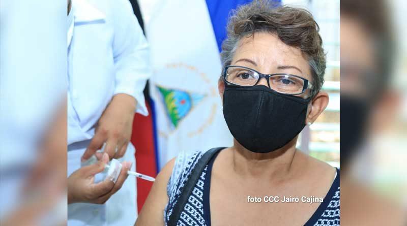 Paciente mayor de 55 años aplicándose la vacuna Sputnik V, durante jornada de vacunación voluntaria contra la Covid-19