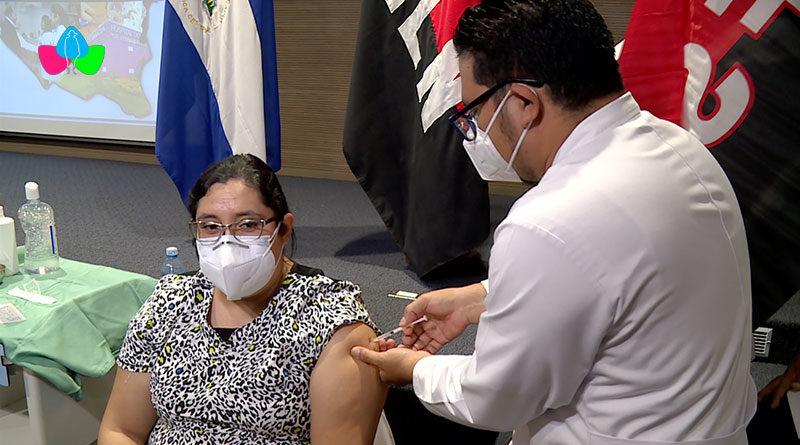 Personal de primera linea del Ministerio de Salud son vacunados voluntariamente contra la Covid-19 en Managua.