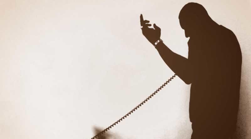 Silueta de hombre realizando una llamada