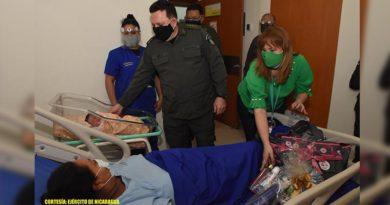 General del Ejército, Julio César Avilés visitando a madre en el Hospital Militar