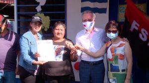La pobladora Rosa Emilia López recibiendo su vivienda digna en el barrio Ariel Darce, este pasado 19 de mayo.