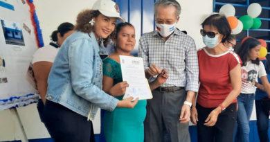 Alcaldesa de Managua junto al Embajador de Taiwán y su esposa, entregan vivienda a una señora en el barrio Jorge Casaly