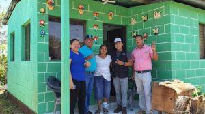 Familia recibe vivienda durante una de las entregas realizadas por las alcaldías locales