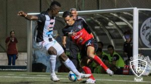 Jugadores del CD Walter Ferretti ante los Cacique Diriangén durante el partido de ida en las semifinales del Torneo Clausura de Liga Primera.