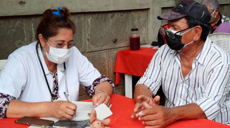 Médico del Ministerio de Salud de Nicaragua (MINSA), brindando consulta médica en el barrio Riguero Norte de Managua
