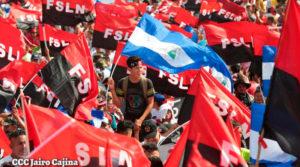 Sandinistas congregados en la Plaza de la Fe en Managua, Nicaragua, con banderas rojinegras y azul y blanco.
