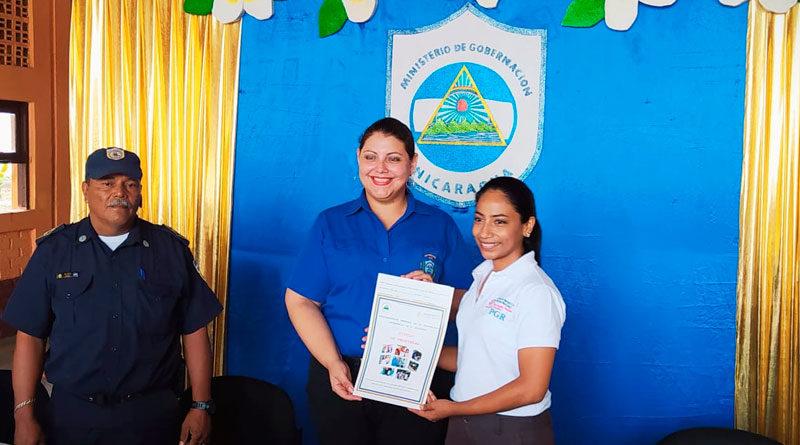 Karla Salinas, viceministra de Gobernación entregando título de propiedad a estación de bomberos y oficinas de SERTRAMI en Veracruz, Nindirí