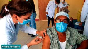 Enfermera el Ministerio de Salud de Nicaragua vacunando contra el covid-19 a un ciudadano en Granada