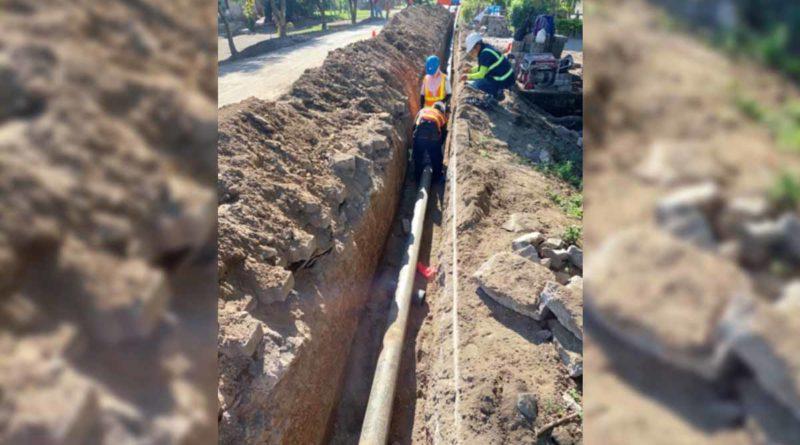 Trabajadores de ENACAL instalando tubería de agua en Moyogalpa