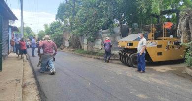 Trabajadores de la Alcaldía realizan labores en el barrio Sector 17