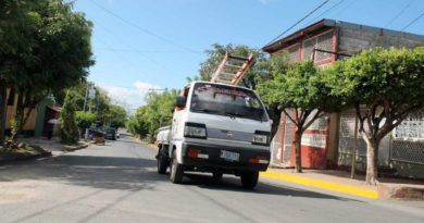 Camioncito circulando sobre las nuevas calles en Villa Miguel Gutiérrez