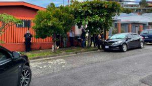 Oficiales del Organismo de Investigación Judicial (OIJ) se encuentran realizando un operativo en Barrio Roosevelt en la casa de Camilo Saldarriaga