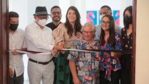 Arquitecto Luis Morales, Compañera Camila Ortega y artistas participantes de la Exposición de Arte en Metal 2021 durante su inauguración.