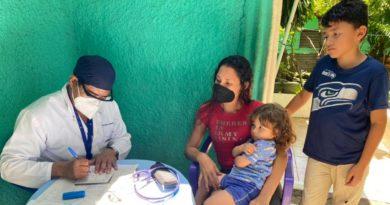 Doctor junto a paciente del barrio Las Piedrecitas