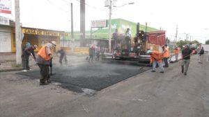 Trabajadores de la Alcaldía de Managua durante las obras de recarpeteo asfáltico en el barrio Santa Ana del distrito 2 de Managua.