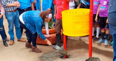 Alcaldesa de Managua, Reyna Rueda instalando un cesto de basura en el Colegio Tomás Borge