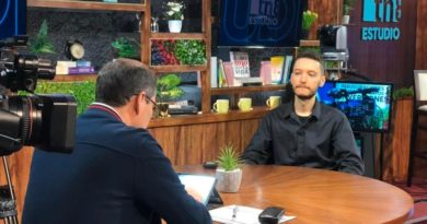 El periodista Ben Norton del sitio web de The Grayzone durante su entrevista en Estudio Tn8 sobre la investigación sobre como USAID, creó el aparato mediático antisandinista en Nicaragua.
