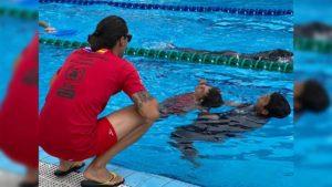 Miembros de los Bomberos Unificados de Nicaragua realizan prácticas acuáticas