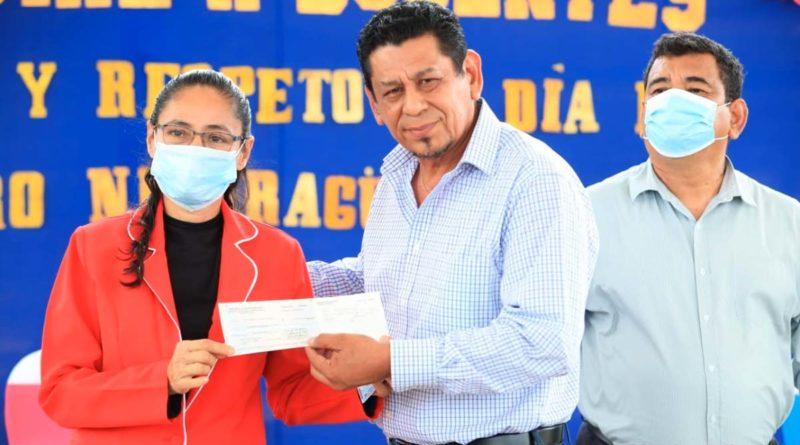 Autoridades del Ministerio de Educación entregan bono a maestros