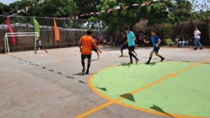 Jóvenes jugando fútbol en la nueva cancha del Bello Amanecer en Ciudad Sandino