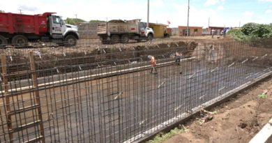 Trabajadores de la Alcaldía de Managua en las obras del nuevo Cauce de Sabana Grande.